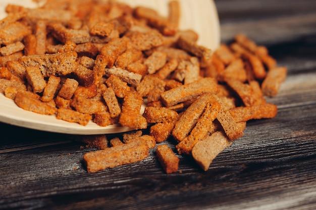 짠 크루통 간식 진미 식사 나무 테이블. 고품질 사진