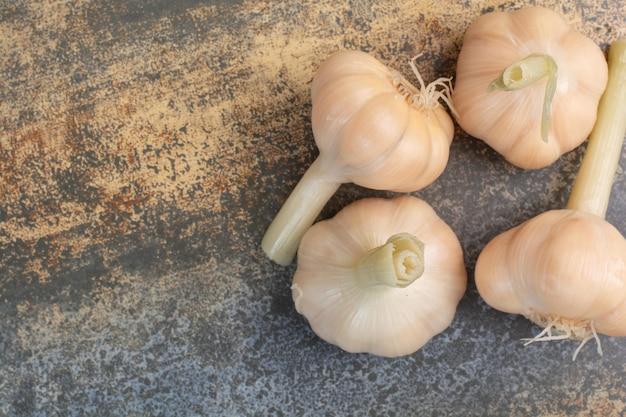 대리석 배경에 짠 맛있는 마늘. 고품질 사진