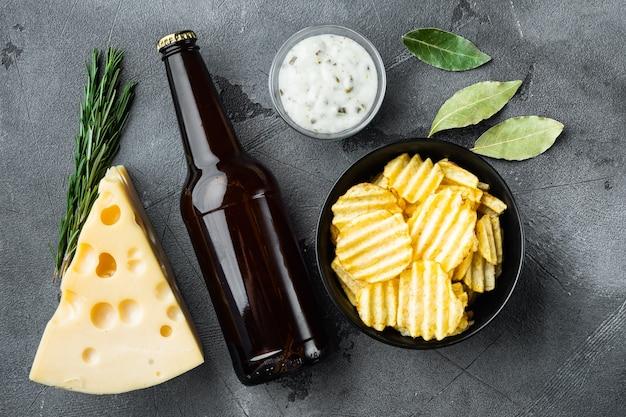 치즈와 양파가 들어간 짭짤한 감자 칩 스낵 세트