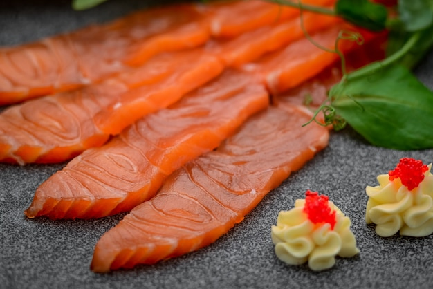 塩辛いスモークサーモン、レストラン料理。魚料理、宴会、ケータリングサーブドプレート