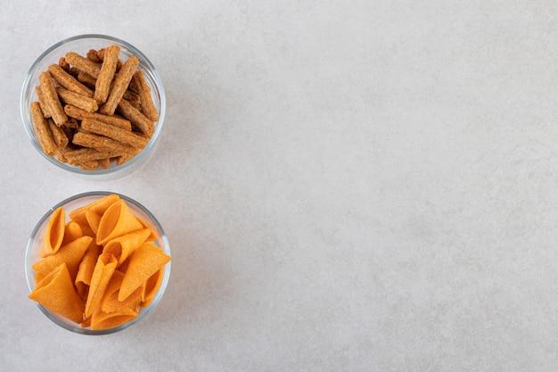 ベージュのテーブルに置かれたボウルの塩辛いスナック。