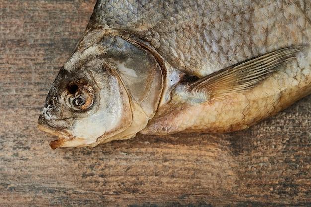Соленая вяленая рыба на деревянном столе. лещ обыкновенный (abramis brama)