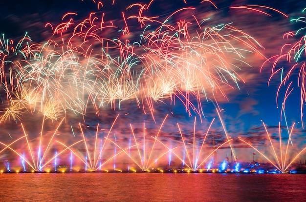 白い夜にネヴァ川で敬礼と花火。
