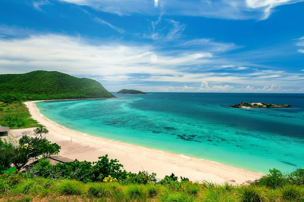 白い砂浜とsamaesarn島のシュノーケリングのための青い海