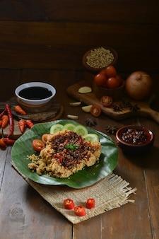 木製のテーブルの上のサンバルバワンメラ