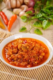 Самбал баванг или пряный луковый соус с ингредиентами лук красный перец чили, чеснок и соль самбал баванг - любимый соус чили в индонезии.