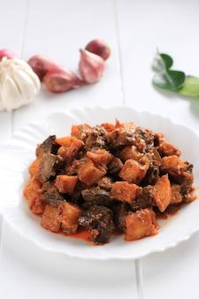 サンバルゴレンハティアティケンタンまたはホットスパイシーレバーとポテトインドネシアの伝統的な料理