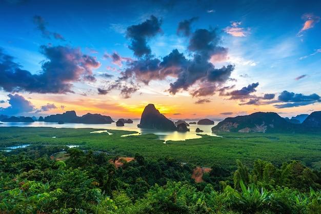 Точка зрения самет нангше на восходе солнца в пхангнге, таиланд.