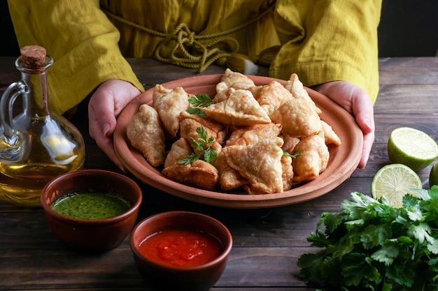 사모 사 볶음 / 구운 페이스트리와 고소한 속을 채운 인기 인도 간식