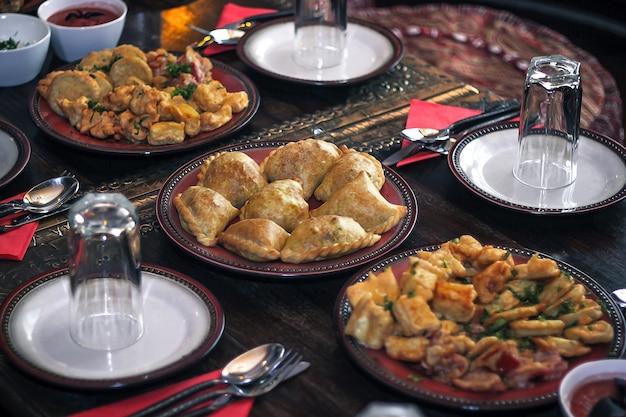 中東のサーブテーブルのサモサ。