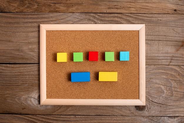 E-supplies 액세서리로 묶인 다른 관점으로 표면에 정렬된 안정성 성장 개발을 상징하는 멀티 컬러로 연마된 샘플 큐브 직사각형 상자