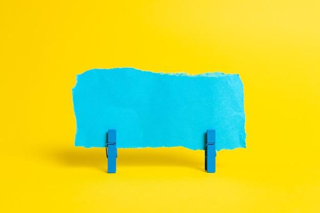 Прямоугольные коробки в виде куба, отполированные разноцветными красками, символизирующими развитие стабильности