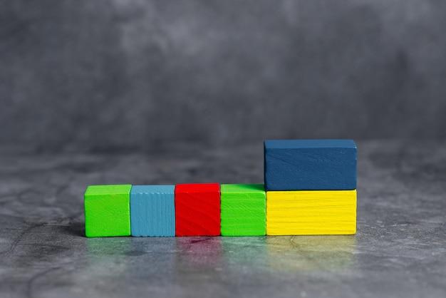 Прямоугольные коробки с образцом куба, отполированные разноцветными красками, символизирующими рост стабильности