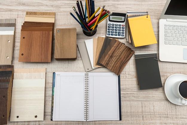 家具デザイン用の空のメモ帳付き木製ラミネートチップボードのサンプル。建築と建設..