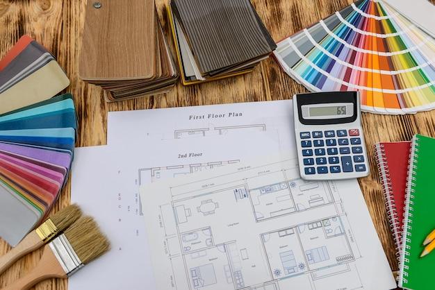Образцы для украшения и плана дома на столе