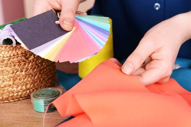 Образцы красочной ткани в женских руках, крупным планом