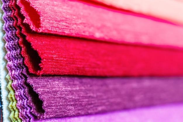다채로운 인테리어 직물 클로즈업의 샘플입니다. 배경이 흐릿한 선택적 초점