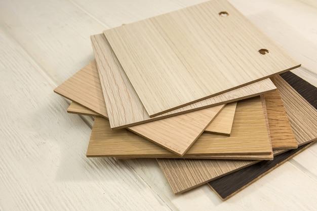 Образцы ламината на деревянном столе для новостройки