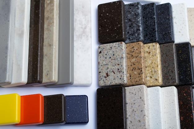 Образцы натурального гранита, мрамора и кварцевого камня, столешницы. модель из камней, крупный план. современные цветные плиты из натурального камня.