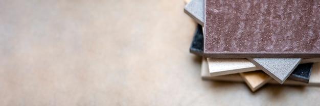 キッチンカウンター用の天然石のサンプルと床タイルのサンプル