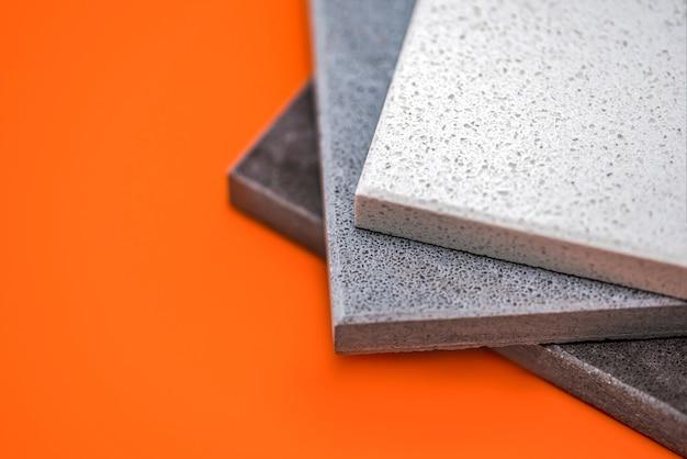 キッチンカウンター用の天然石のサンプルと床タイルのカウンタートップ用の石のサンプルまたは...