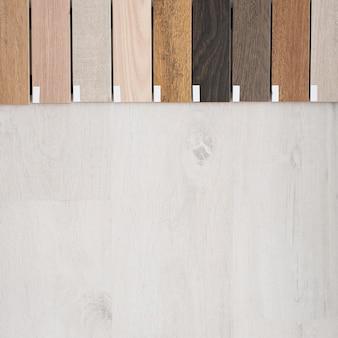 さまざまなタイプの床用の木製幅木サンプル。インテリア・デザイン。家の修理と建設。
