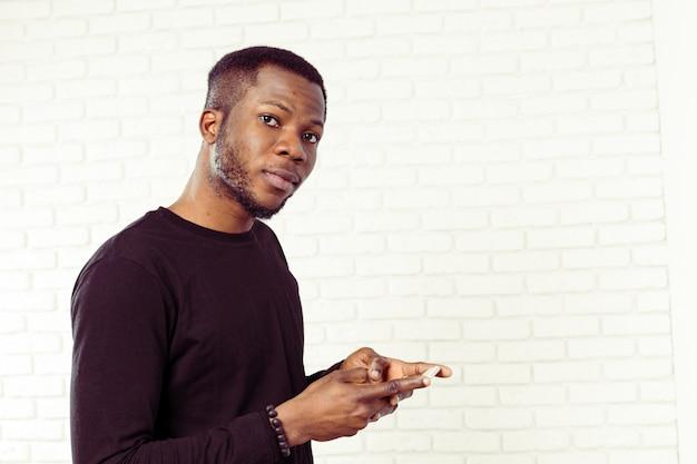 Samrtphoneを持つアフリカ系アメリカ人