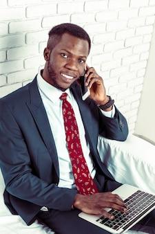 Афро-американский мужчина с samrtphone