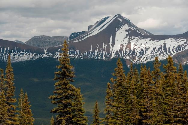 Пик самсон, озеро малинье, национальный парк джаспер, альберта, канада