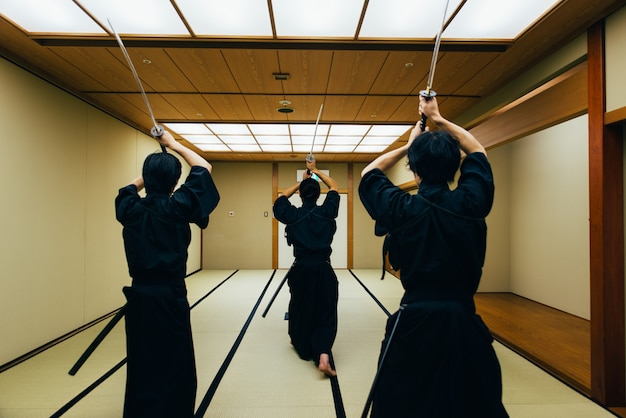 Самурай, тренировка в традиционном додзё, в токио