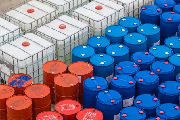 Samutprakan bang pu industrial estate thailand - 2017년 9월 6일: 오일 배럴 또는 화학 드럼 파란색 흰색과 빨간색이 쌓여 있습니다.
