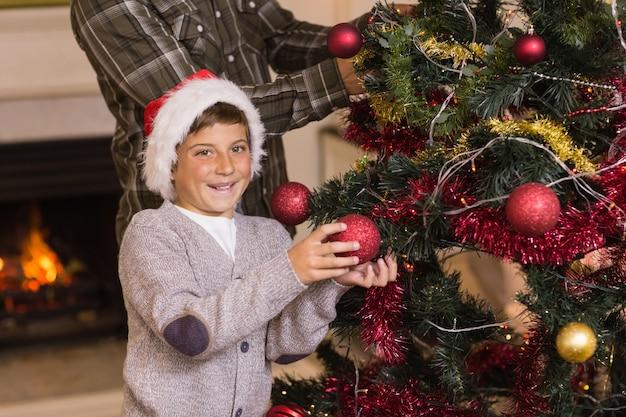 クリスマスツリーを飾るサンと父