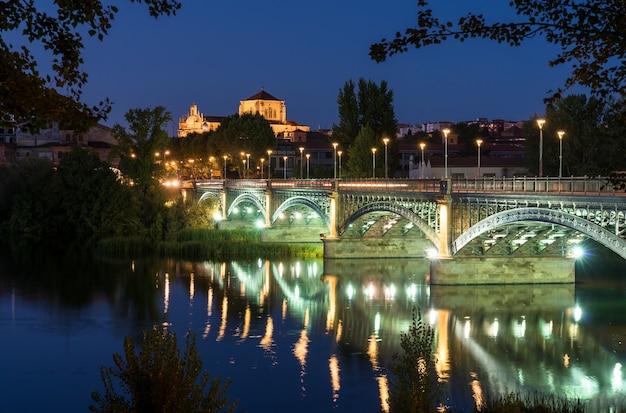 サラマンカスペインのサンエステバン修道院とエンリケエステバン橋