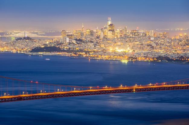 ゴールデンゲートブリッジと夜のサンフランシスコの街並み
