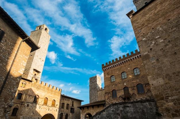 Город сан-джиминьяно в тоскане, италия, с его древними историческими и прекрасными старыми башнями и зданиями.