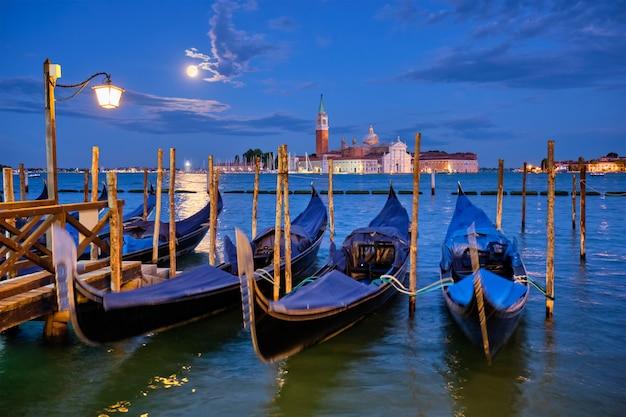 Церковь сан-джорджо маджоре с полной луной. венеция, италия