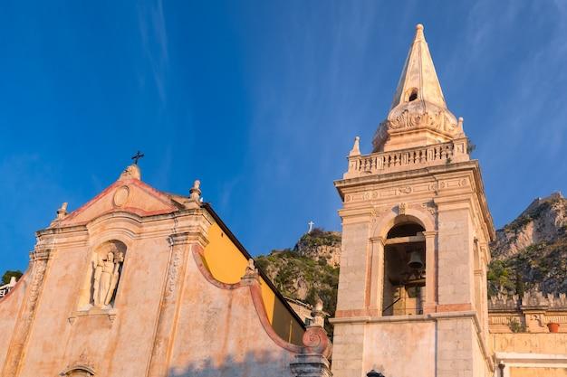 Церковь сан-джузеппе на площади пьяцца ix априле на рассвете в таормине, сицилия, италия