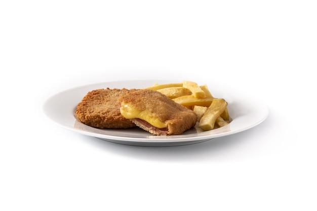 白で分離されたチーズとハムで満たされたサンジャコボステーキ