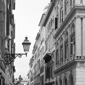 Улица сан-лоренцо в генуе (генуя), италия. черно-белая городская фотография