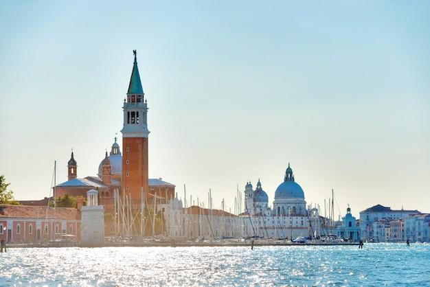 이탈리아 베니스의 종탑이 있는 산마르코 광장. 바다에서 보기