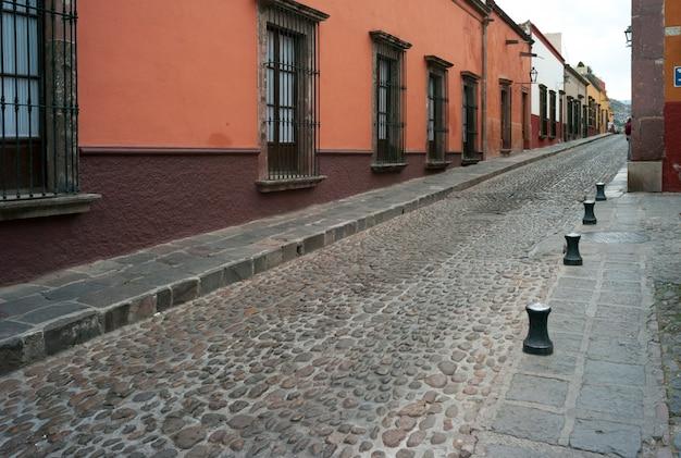 石畳の通りに沿った住宅、san miguel de allende、グアナフアト、メキシコ