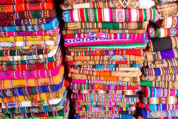2014年10月8日のサンペドロ中央市場クスコペルーアンデスのカラフルな生地製品