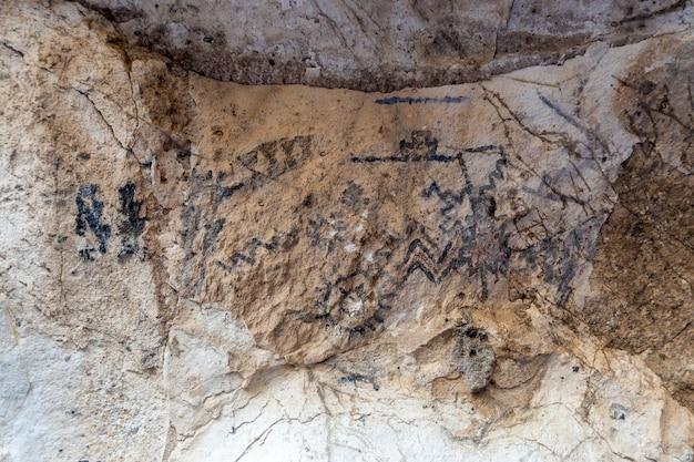 아르헨티나 산 라파엘, 2021년 7월 28일: 동굴 벽의 암벽화. 아르헨티나 멘도사의 huarpes 사람들.