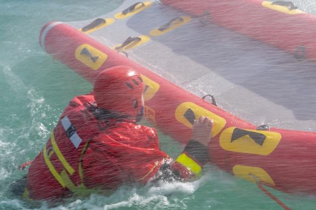 Сан-рафаэль, аргентина, 6 ноября 2020 г .: пожарные проводят учения по спасению на воде с использованием каноэ и специальных костюмов