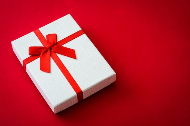 赤い表面にサンバレンタインホワイトギフトボックス愛の概念コピースペース。