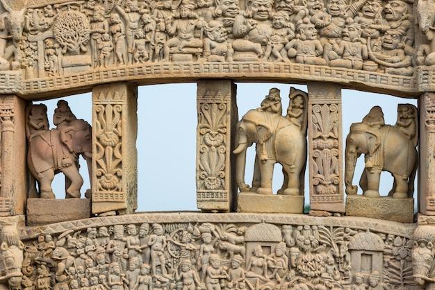 Sanchi stupa、古代の仏教ヒンドゥー教の彫像の詳細、彫刻が施された石。マディヤ・プラデシュ、インド。