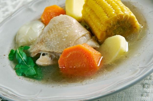 Типичный куриный суп санкочо-де-галлина в колумбии. венесуэла и панама.