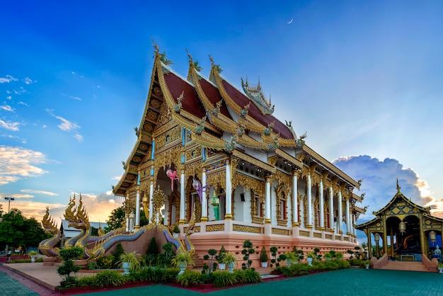 サンクチュアリランプーンの寺院、ワットトンプエン、青空の美しい景色としても知られています
