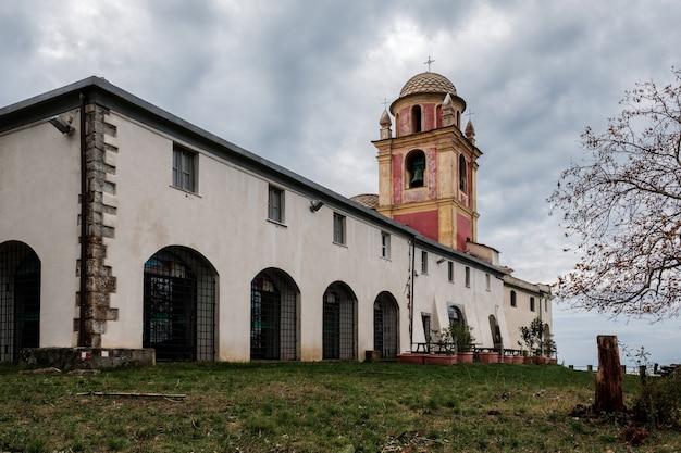 イタリア、リグーリア州のチンクエテッレ国立公園の古い村、ロマッジョーレの「ノストラシニョーラディモンテネーロ」の聖域