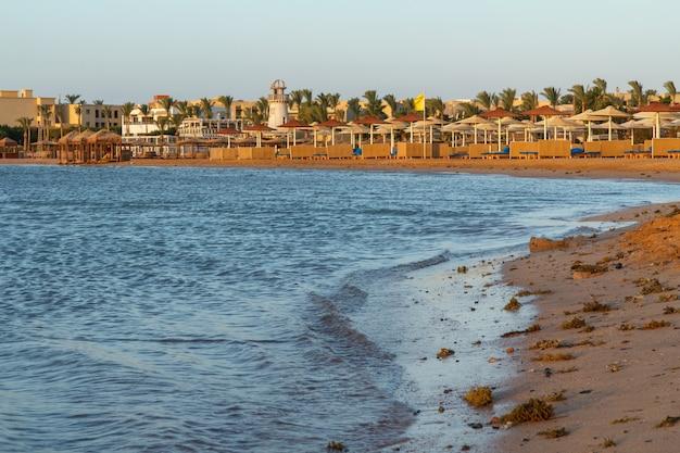 Песчаный пляж на красном море в городе шарм-эль-шейх в египте с роскошными отелями на поверхности